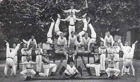 Turner und Gewichtheber bilden eine Pyramide (1920)