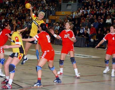 Szene aus dem Länderspiel der Damennationalmannschaften von Deutschland und Serbien-Montenegro in der Sporthalle am Wört, 2004